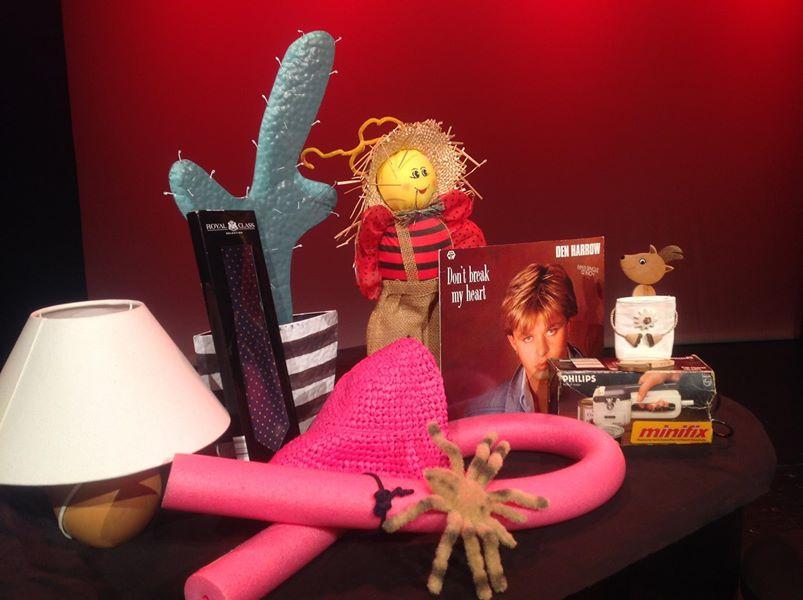 """Errungenschaften des Tauschrauschs im Kulturhaus Osterfeld in Pforzheim: Eine Tischlampe, eine Krawatte, ein dekorativer Blechkaktus, eine """"Marienkäfer-Vogelscheuchen-Dingsbums-Gartenfigur"""", eine rosa Schwimmnudel mit passendem Sonnenhut, eine lebensechte Vogelspinne, ein elektrischer Dosenöffner, ein Gemsbock-Trachten-Handyhalter und eine Maxi-Single von Den Harrow."""